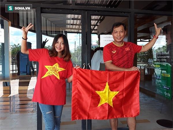 Chai Deepblue và Aor Sureeporn với đồng phục là áo và cờ Việt Nam sẵn sàng tiếp lửa cho thầy trò HLV Park Hang-seo đánh bại Curacao. Ảnh: Thái Hải.