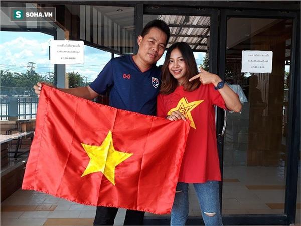 Aor Sureeporn chụp hình lưu niệm với cổ động viên Xuân Mạnh của Việt Nam. Ngày mai, anh Mạnh cũng sẽ ra sân cổ vũ cho Thái Lan trong trận tranh hạng Ba với Ấn Độ. Ảnh: Thái Hải.
