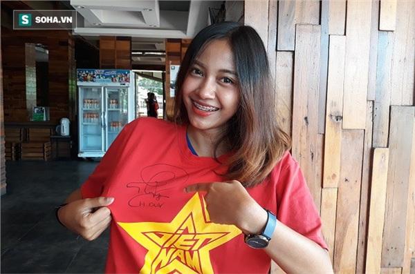Aor Sureeporn khoe chiếc áo in cờ Việt Nam có chữ ký của thần tượng Nguyễn Phong Hồng Duy.