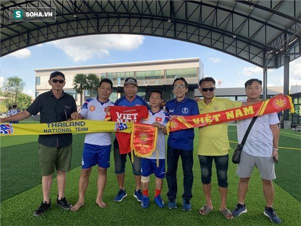 Hội CĐV hai nước khá vui vẻ và thân thiện, thấm đậm tình hữu nghị giữa Việt Nam và Thái Lan. Ảnh: Thái Hải.
