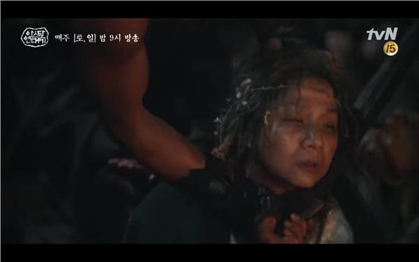 Mặc Tan Ya và dân làng cầu xin, bon lính vẫn giết mẹ Yeolson
