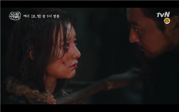 Ta Gon đến nói chuyện với cô thì cô chỉ xin được ở bên cạnh mẹ những phút cuối.