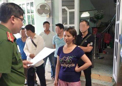 Bà Trần Thị Hiền bình thản nghe lệnh khởi tố, bắt tạm giam.