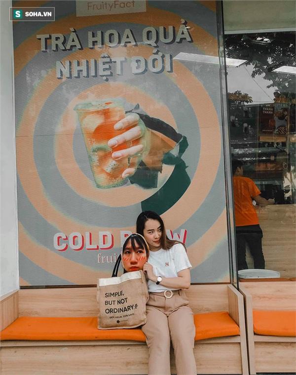 Cô gái mang chiếc mặt nạ độc đáo đi check in khắp Hà Nội khiến dân mạng 'lùng sục' tìm info vì quá dễ thương 1