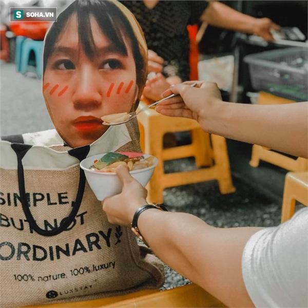 Cô gái mang chiếc mặt nạ độc đáo đi check in khắp Hà Nội khiến dân mạng 'lùng sục' tìm info vì quá dễ thương 6