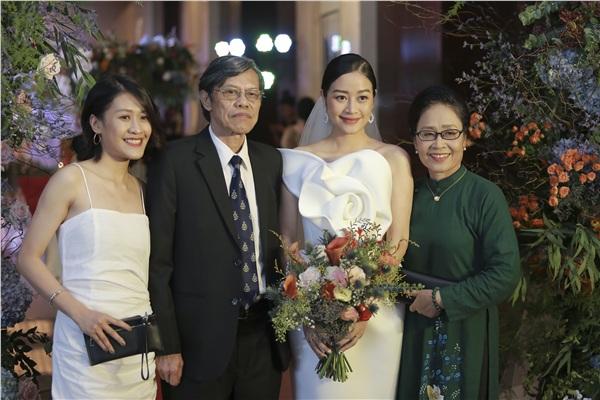 MC Phí Linh rạng rỡ bên cạnh gia đình trong ngày trọng đại