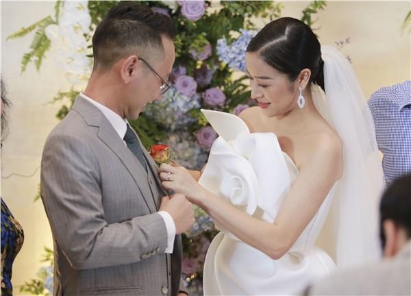 Cô dâu tình tứ chỉnh lại trang phục cho chú rể