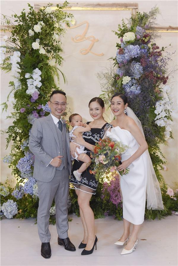 Lan Phương bế theo cả em nhỏ tới dự đám cưới