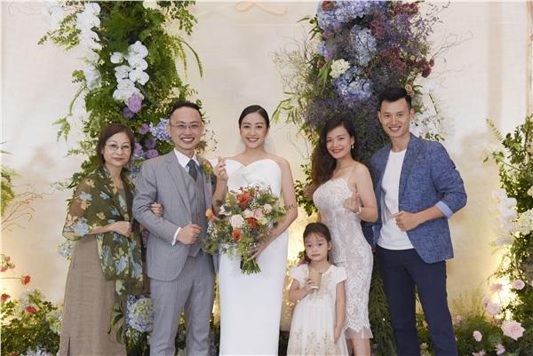 Rất nhiều nghệ sĩ Việt cũng như MC, BTV của đài VTV tới dự lễ cưới