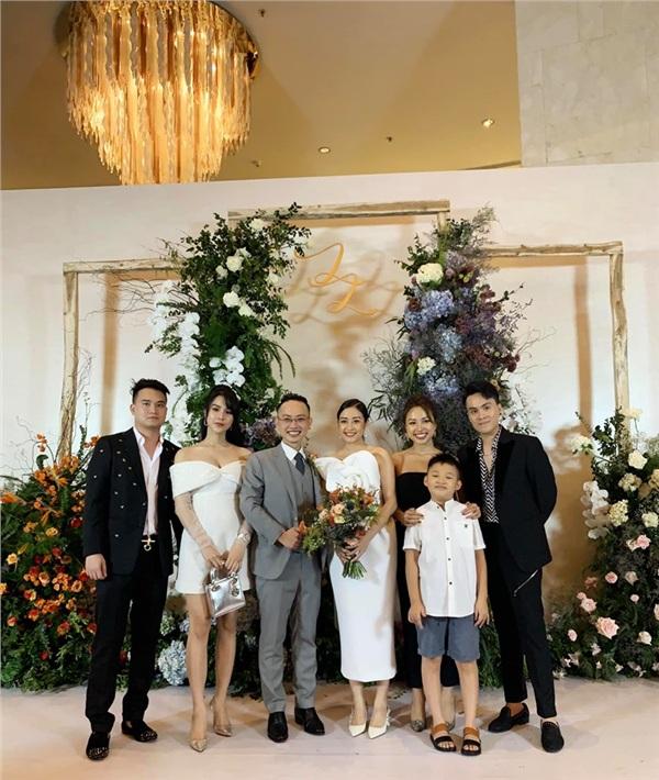 Vân Hugo, Diệp Lâm Anh, Thái Dũng check in cùng cô dâu chú rể tại sảnh