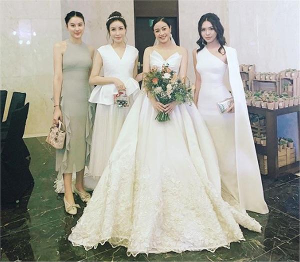 Hotgirl Hà Lade 'đột nhập' vào tận hậu trường để chụp ảnh cùng cô dâu
