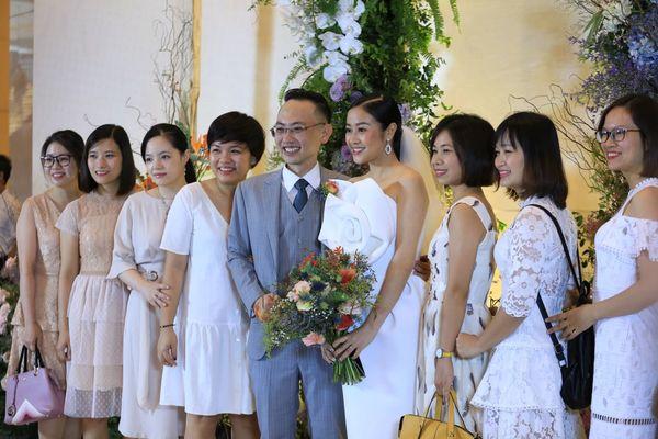 Cô dâu Phí Linh xinh đẹp sánh vai bên chú rể Hoàng Linh.