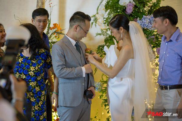 Nữ MC xinh đẹp ân cần chăm sóc chồng trước giờ cử hành hôn lễ.