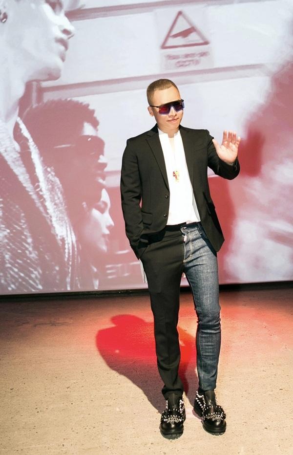 Đây là lần thứ 3Vũ Khắc Tiệptới Italy dự sự kiện thời trang. Có mặt tại sự kiện, anh diện bộ trang phục độc đáo của nhà mốt Dsquared2. Điểm nhấn của set đồ là chiếc quần pha hai màu, một bên chất liệu jeans, một bên lại phối vải.