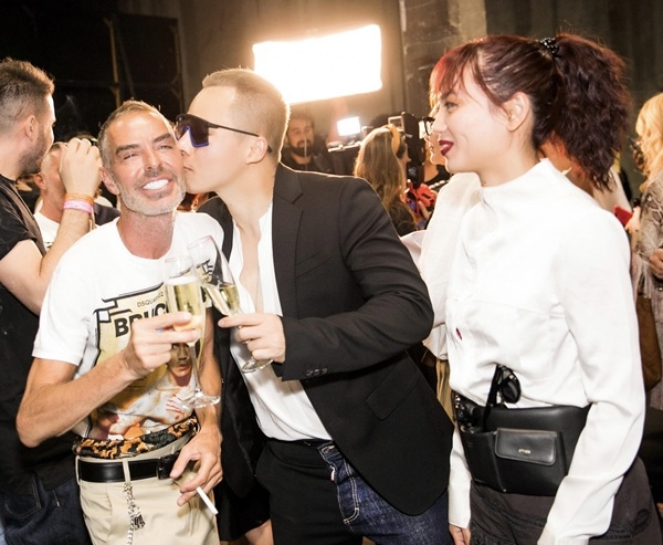 Ông bầu người Việttrao cho nhà thiết kế nổi tiếng một nụ hôn thay cho lời chào.