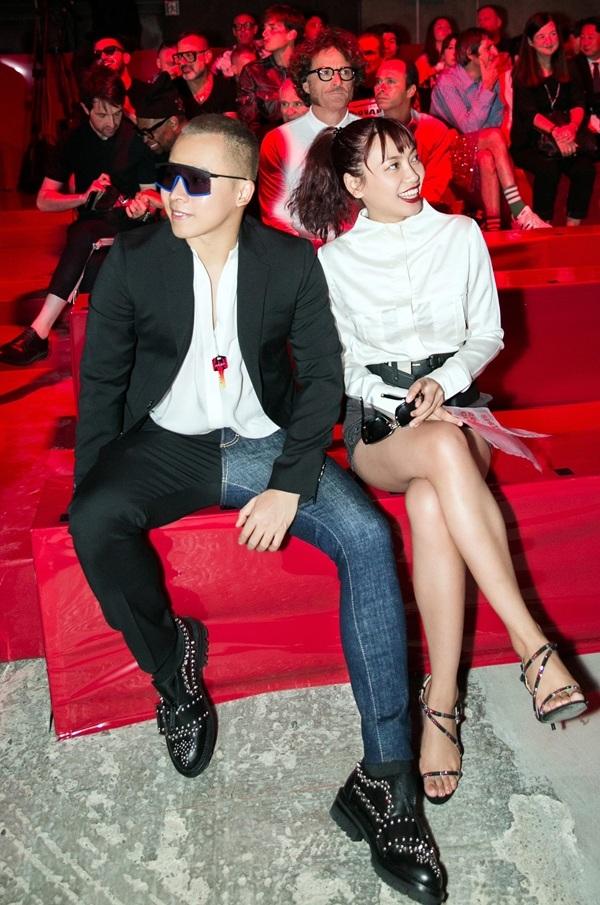 Vũ Khắc Tiệp và nữ stylist gốc Việt - Phương Paris ngồi hàng ghế đầu xem show thời trang.