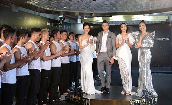 Phản ứng của Hoa hậu Thu Thủy khi nhìn thấydàn nam thần 6 múi tại cuộc thi Mister Vietnam 2019 6
