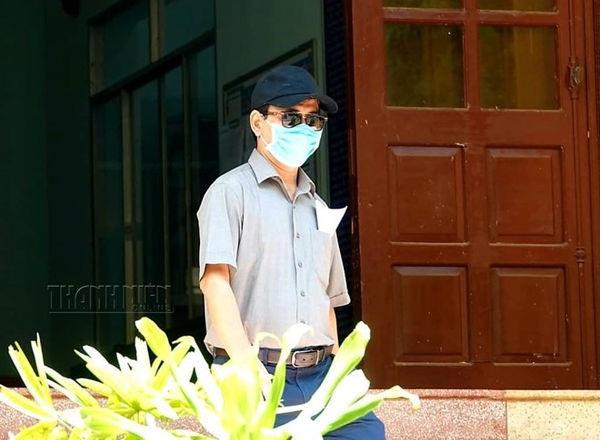 Ông Nguyễn Hữu Linh đến TAND nhận quyết định triệu tập. (Ảnh: Thanh Niên).