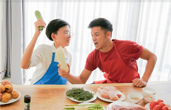 Một Vua đầu bếp nhí tài năng – Thanh Hải và một Vua đầu bếp tại gia Trọng Hiếu đều quyết tâm chiến thắng và có không ít màn 'chặt chém' nhau vô cùng 'mặn mà'. Hai chàng trai chọn cho mình những món ăn sở trường và không ngừng thi đua thể hiện các kỹ năng nấu ăn độc quyền.