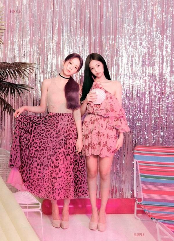 Chiếc đầm hồng, họa tiết hoa mà Jennie diện cực hợp với background cũng như concept 'hường phấn' của bìa tạp chí lần này. Đáng chú ý, thiết kế trễ vai giúp giọng ca SOLO khéo léo khoe xương quai xanh quyến rũ, đặc biệt là đôi chân thẳng tắp 'cực phẩm' khiến cô nàng xinh đẹp chuẩn 'tiểu thư con nhà giàu'