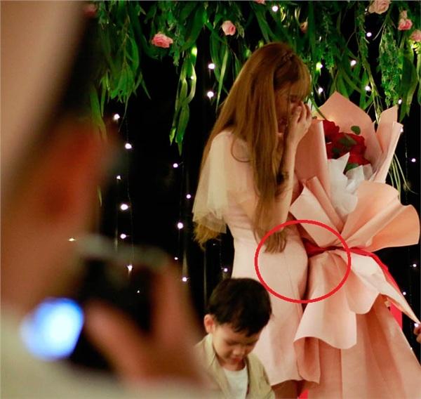 Cư dân mạng phát hiện trong lễ cầu hôn, nữ ca sĩ để lộ vòng 2 to bất thường