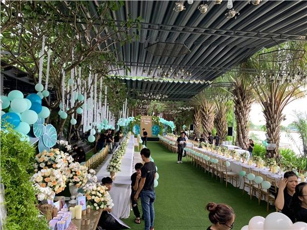Không gian buổi tiệc thoáng, rộng và tràn ngập màu xanh mát mẻ