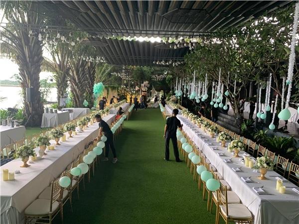 Từng chi tiết trên bàn ăn cũng được sắp đặt tỉ mỉ, cẩn thận để tạo nên không gian sang trọng, xa hoa cho bữa tiệc