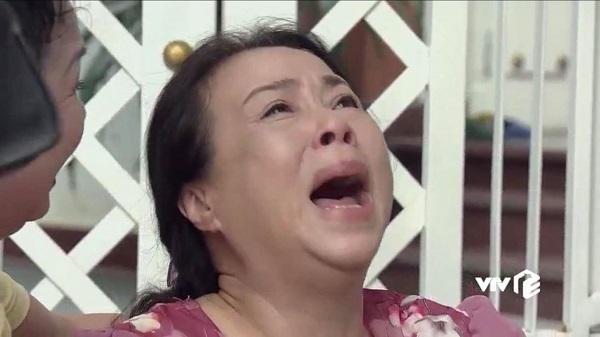Bà Ngoan khóc lóc khi nghe tin chủ đầu tư ôm tiền 'cao chạy xa bay'.