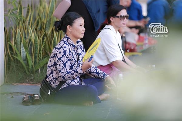 Cô Liên ngồi chờ con bên ngoài điểm thi mặc dù nhà khá gần trường