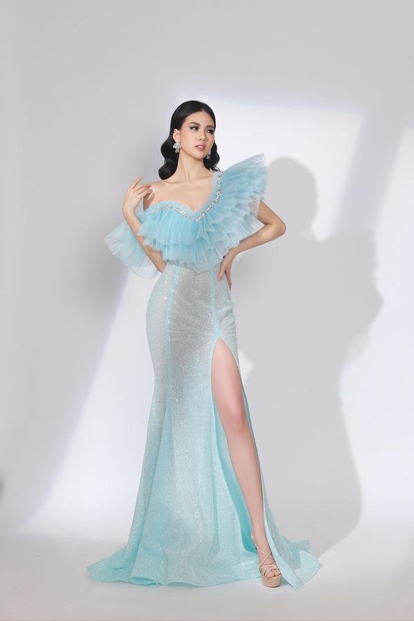 Khoác lên mình những mẫu váy lộng lẫy, Quỳnh Hoa đã nhanh chóng thể hiện được đẳng cấp của mình qua cách tạo dáng, biểu cảm gương mặt, thần thái… vô cùng hoàn hảo.