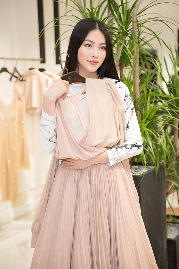 Trước khi qua Mỹ chấm thi Miss Earth 2019, Phương Khánh vội vã đi thử váy áo 1