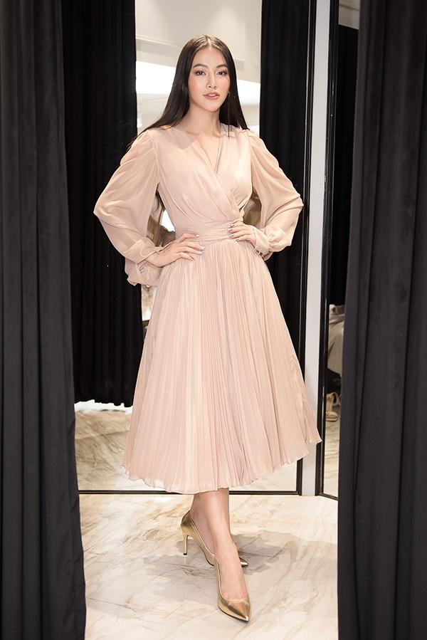 Trước khi qua Mỹ chấm thi Miss Earth 2019, Phương Khánh vội vã đi thử váy áo 5