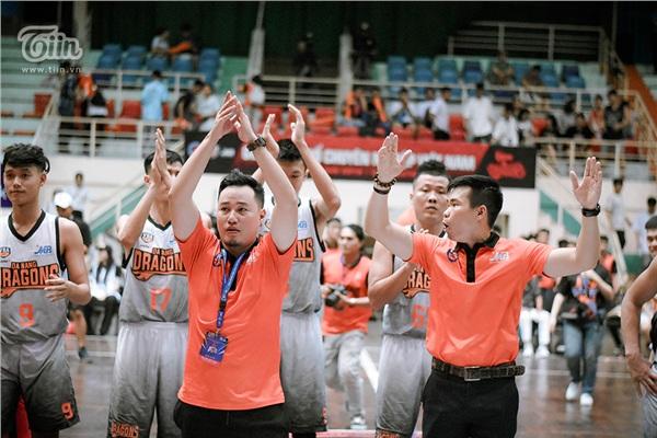 Khoảnh khắc trọng tài thổi còi kết thúc trận đấu cũng là khi không khí tại sân thi đấu Quân khu 5 vỡ òa trong tiếng hò reo và nụ cười hạnh phúc của khán giả.