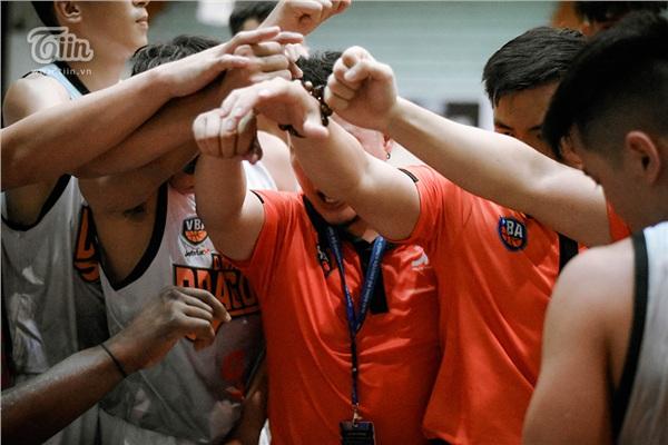 Rất nhiều cuộc họp được ban huấn luyện Danang Dragons thực hiện trên sân đấu, sự nỗ lực của trận đấu ngày hôm nay thể hiện rõ từ những vệt mồ hôi lẫn sự đuối sức của các cầu thủ.