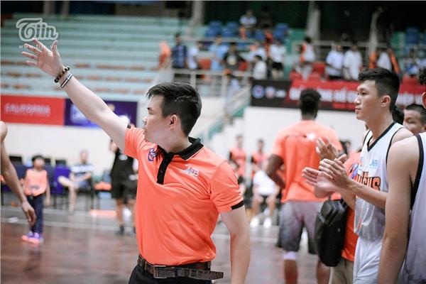 HLV Phan Thanh Cảnh sau khi trở thành tâm điểm dư luận với quyết định chấm dứt hợp đồng với Austin Lý, chứng kiến học trò có một trận thi đấu tốt anh nói 'Hôm nay là một đêm tuyệt vời!'.