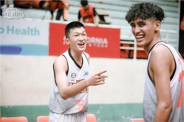 Hạnh phúc hiện rõ trên gương mặt các cầu thủ Danang Dragons sau trận thắng Cantho Catfish, cũng trong ngày hôm nay Danang Dragons tổ chức 'lễ cưới' cho Huy Đại ngay trên sân thi đấu Quân khu 5.