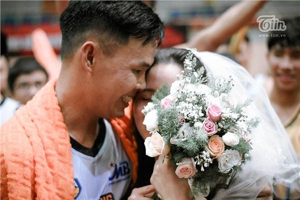 Cầu thủ số 68 nói 'đã yên tâm có một đám cưới trọn vẹn' và không giấu được sự xúc động khi được đồng đội tổ chức lễ cưới bí mật.