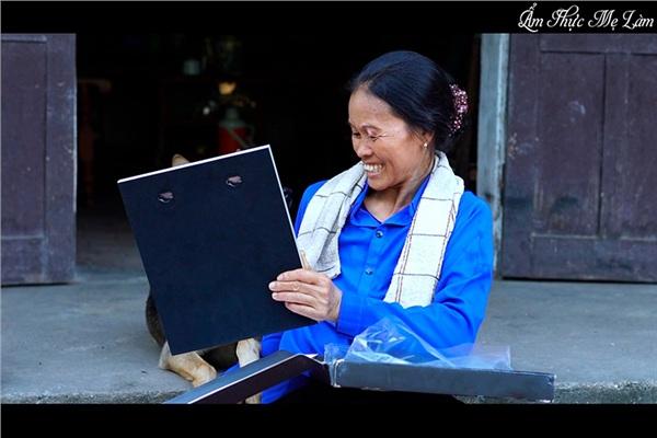 Cô Dương Thị Cường mừng rỡ khi nhận được nút bạc từ Youtube