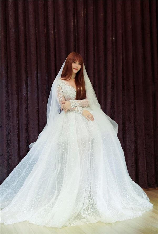 Thu Thuỷ xinh đẹp trong chiéc váy cưới tinh khôi