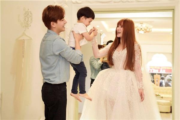 Thu thuỷ, Kin Nguyễn hạnh phúc bên con trai