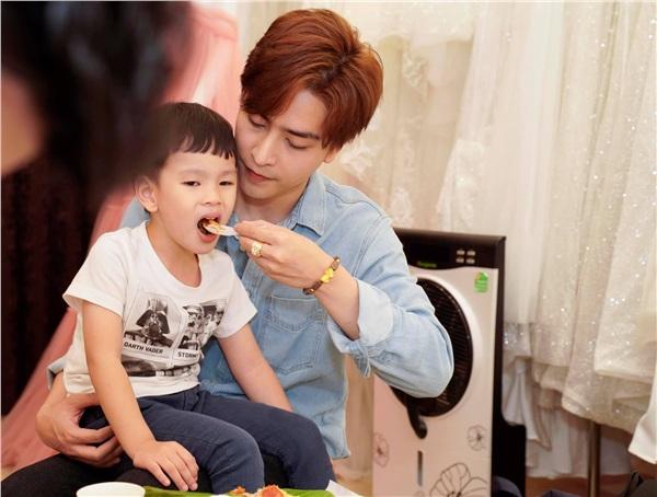 Kin Nguyễn chăm sóc tận tình cho con trai của Thu Thuỷ