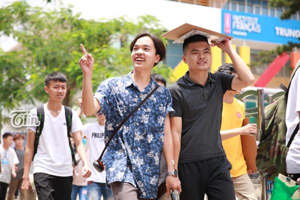 Sáng nay, hàng nghìn sĩ tử Hà Nội, Sài Gòn tham dự môn năng khiếu tại trường ĐH Kiến trúc Hà Nội và ĐH Kiến trúc Hồ Chí Minh.