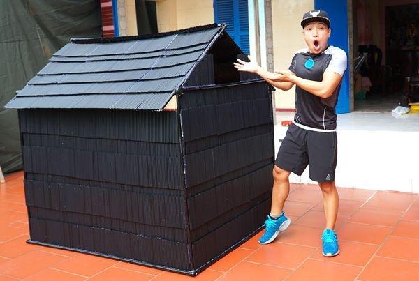 Nguyễn Thành Nam từng nhận chỉ trích nặng nề khi thực hiện thử thách 'nhà khổng lồ' với 5000 ống hút nhựa.