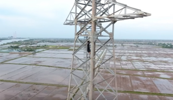 Sau nhà ống hút khổng lồ, vlogger NTN lại gây tranh cãi khi thử thách leo cột điện cao 100 m 1