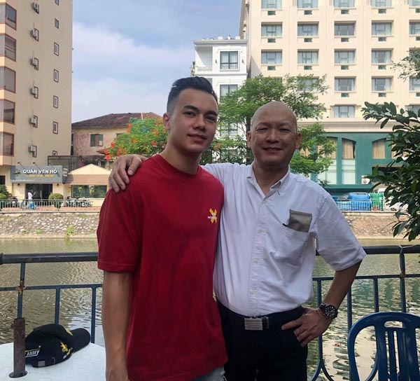 Andrey Nguyễn chụp ảnh cùng bố.
