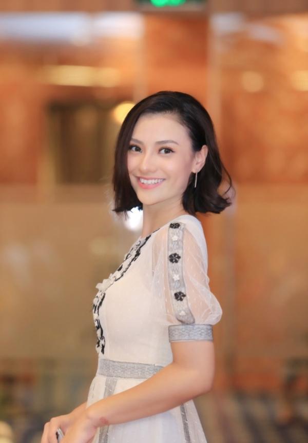 Hồng Quế được nhiều người khen ngợi ngày càng xinh đẹp và trưởng thành hơn trong cách ứng xử.