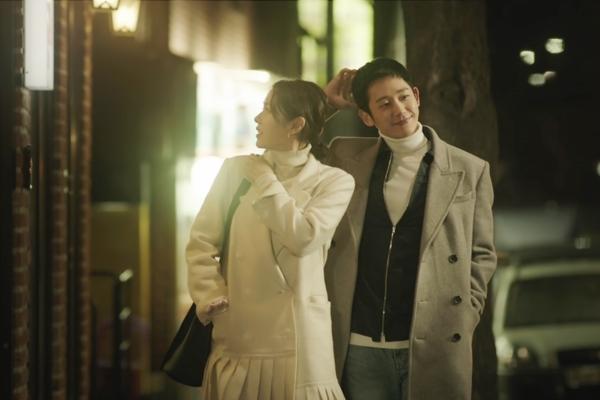 ... đến kiểu tóc của Seo Jun Hee đều giống với Hyun Woo