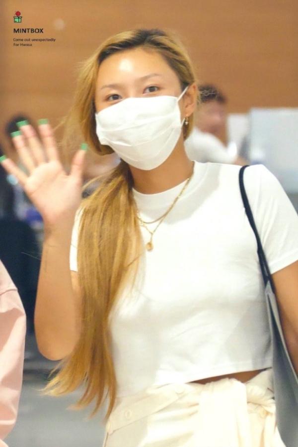 Cùng khoe dáng với áo thun trắng, Lisa được khen nền nã giản dị, Hwasa phản cảm với style no-bra 2