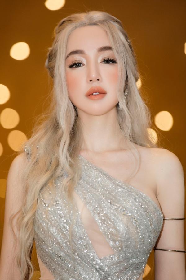 Elly Trần 'chơi lớn', đi dự sự kiện thôi cũng 'múa tay cosplay' thành Mẹ Rồng của 'Game of Thrones' 5