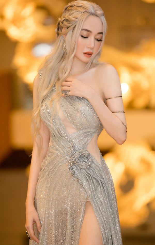 Elly Trần 'chơi lớn', đi dự sự kiện thôi cũng 'múa tay cosplay' thành Mẹ Rồng của 'Game of Thrones' 6
